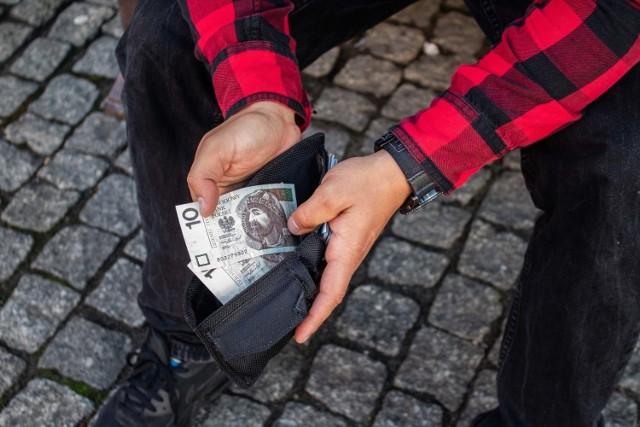 Czy posiadasz taki banknot 10 zł? Istnieje szansa, że możesz być wielkim szczęściarzem! Papierowy banknot 10 zł, który trzymasz w portfelu, może być wart znacznie więcej, niż wskazuje na to jego nominał. Możesz zdobyć prawdziwą fortunę. Wystarczy to sprawdzić! Tym bardziej, że można to zrobić w bardzo prosty sposób. Jaki konkretnie? Wystarczy zobaczyć, jaki ma numer seryjny. Sprawdźcie szczegóły w naszej galerii poniżej.  Czytaj dalej. Przesuwaj zdjęcia w prawo - naciśnij strzałkę lub przycisk NASTĘPNE