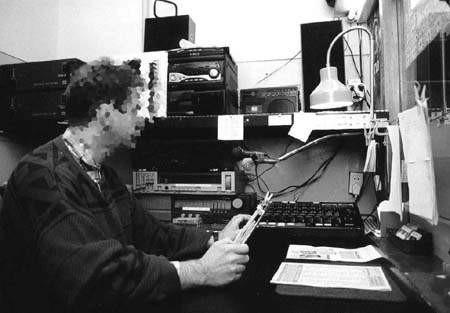 W więziennym radiu pracuje dwóch osadzonych.   WOJCIECH TRZCIONKA