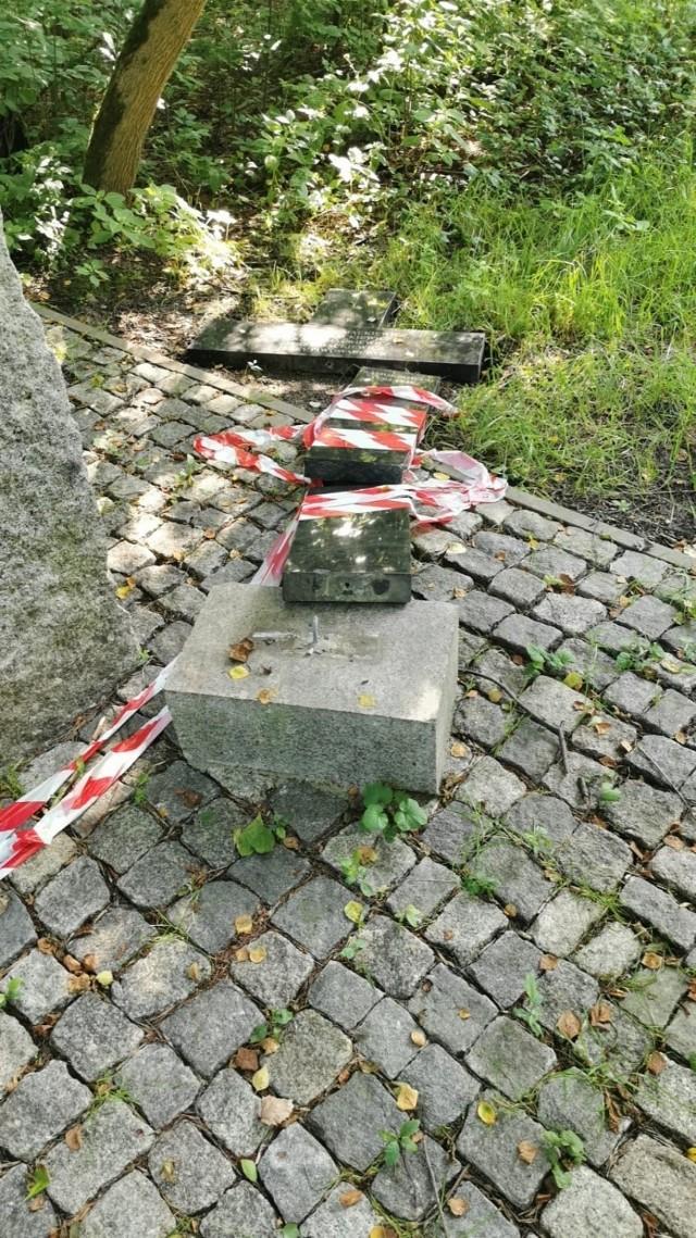 Zniszczony krzyż w Ostrowach Górniczych w Sosnowcu. Czy zniszczenia dokonał wandal?  Zobacz kolejne zdjęcia. Przesuń zdjęcia w prawo - wciśnij strzałkę lub przycisk NASTĘPNE