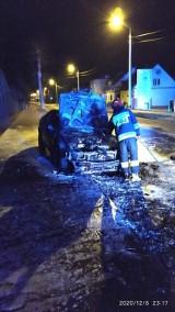 Pożar samochodu w Chodzieży. Auto doszczętnie spłonęło [ZDJĘCIA]