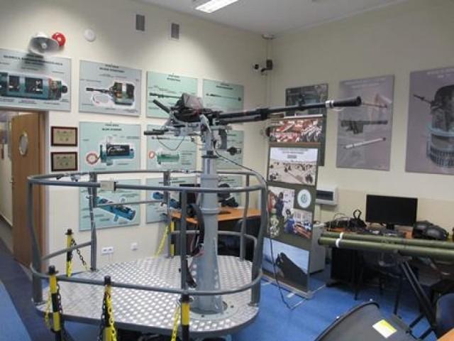 Mobilne stanowisko szkolno-treningowe w postaci wielofunkcyjnej platformy symulatora ruchu nosiciela - ruchu okrętu z 12,7 mm karabinem WKM oraz Przenośnym Przeciwlotniczym Zestawem Rakietowym GROM to nowoczesny trenażer uzbrojenia morskiego przeznaczony do doskonalenia obsługiwania 12,7 mm karabinu WKM oraz Przenośnego Przeciwlotniczego Zestawu Rakietowego GROM przez podchorążych AMW - czytamy na stronie http://www.amw.gdynia.pl
