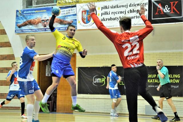Karol Put (atakuje) i jego koledzy z MTS Chrzanów zakończyli sezon na 7. miejscu na zapleczu ekstraklasy