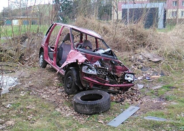 Mieszkańcy ulic Bema i Okrzei na os. Chemików alarmują, że wkrótce minie rok, gdy wrak porzuconego samochodu straszy w tym miejscu