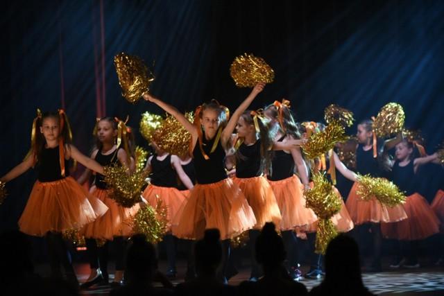 W auli UMK swoje umiejętności zaprezentowały w niedzielę grupy taneczne z Jagielski Dance Project. Na scenie wystąpiło ponad 700 tancerzy, którzy zatańczyli  ponad 70 choreografii przygotowanych przez instruktorów szkoły tańca.  Zobacz także:  Patriotyczne tatuaże