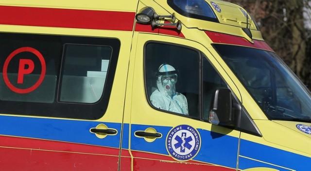Pacjentów z podejrzeniem koronawirusa do szpitali przewożą specjalnie wyposażone karetki
