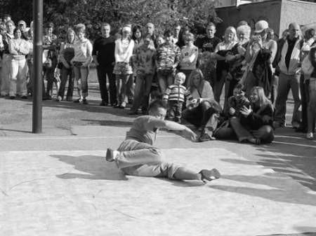 Pokaz break-dance przyciągnął głównie młodych widzów.
