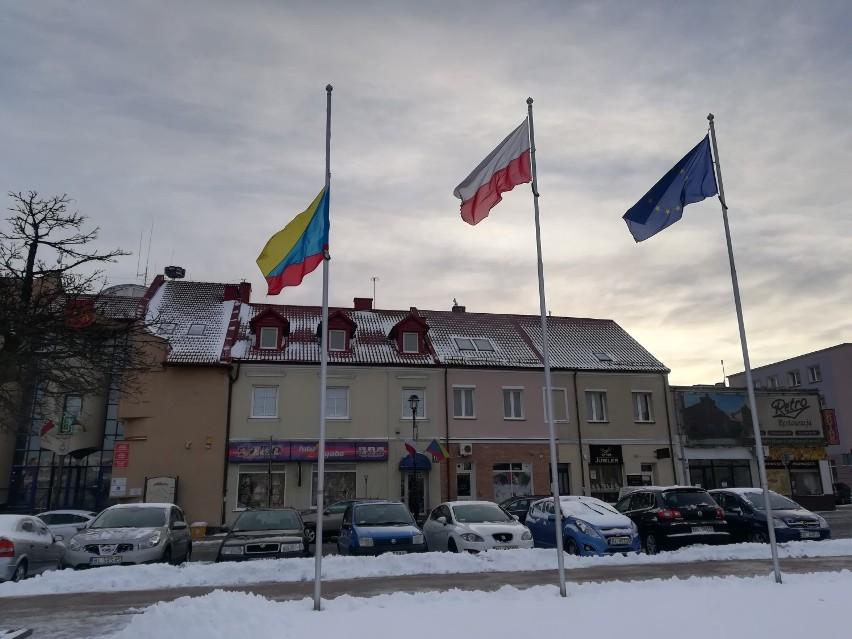 Flaga miasta Łomża opuszczona do połowy masztu na znak...