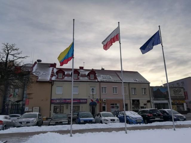 Flaga miasta Łomża opuszczona do połowy masztu na znak żałoby