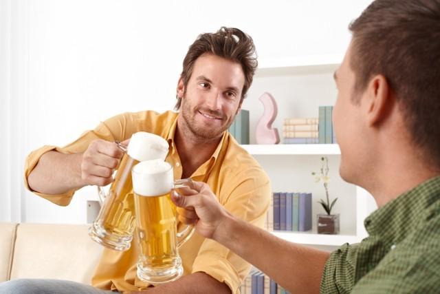 """DO ZUS wpłynął taki donos: """"Pan X.  w czasie zwolnienia lekarskiego bierze udział w imprezach lokalnych, na których pije alkohol"""". Kontrola potwierdziła, że pracownik symulował chorobę. Stracił zasiłek."""
