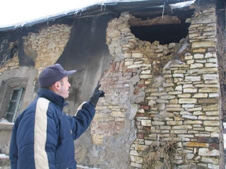 Marek Głogowski wskazuje dom, w którym mieszkali jego znajomi.
