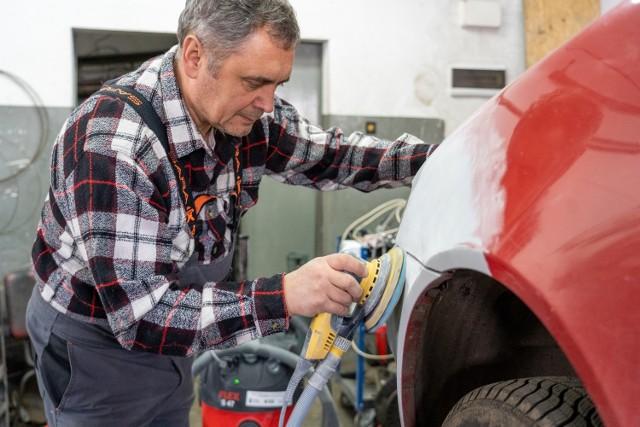 Warsztat samochodowy z Jawora szybciej i w bardziej ekologiczny sposób usuwa uszkodzenia lakieru na pojazdach