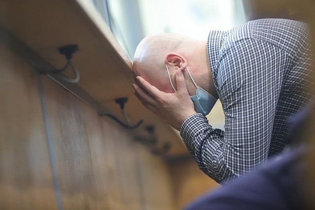 Na 25 lat więzienia zostali skazani trzej oprawcy, którzy przez osiem dni więzili w Łodzi, gwałcili, katowali, szarpali i ciągnęli za włosy oraz obrzucali wyzwiskami 26—letnią zgierzankę.   CZYTAJ DALEJ NA NASTĘPNYM SLAJDZIE