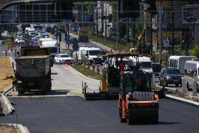 Trwają zaawansowane prace związane z budową Trasy Łagiewnickiej. Inwestycja obejmuje też przebudowę odcinka ul. Zakopiańskiej. Rozpoczęto tam właśnie roboty związane z asfaltowaniem.