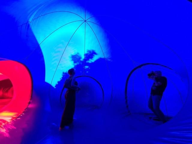 Tylko do 25 lipca na pl. Rapackiego w Toruniu można wejść do wnętrza luminarium, czyli wyjątkowej, dmuchanej rzeźby o powierzchni ponad 1000 metrów kwadratowych. To jedyna taka okazja w Polsce. Nie warto odwlekać wizyty w luminarium do końca weekendu, bo przed wejściem mogą tworzyć się kolejki.