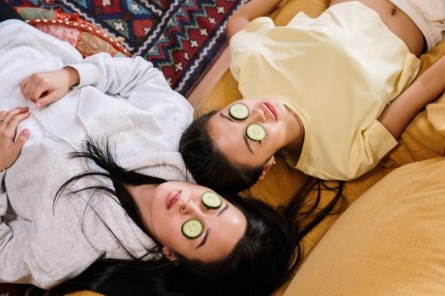 Plasterki ogórka na oczach - każdy zna ten trik urodowy i wie, że pomaga usunąć worki i opuchliznę. Ale czy wiecie, że zamrożonym ogórkiem można wykonać masaż twarzy?