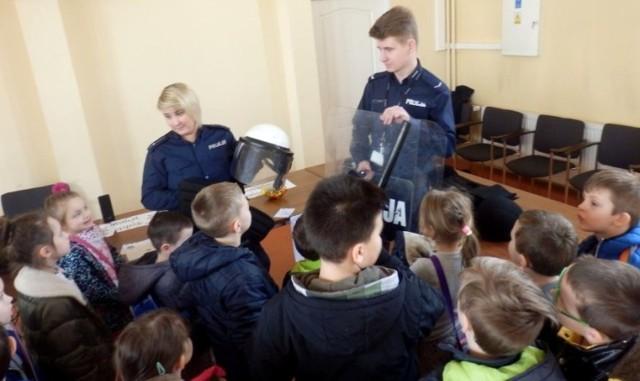 Podczas wtorkowego Dnia Otwartych Drzwi komendę policji odwiedzili także uczniowie buskich szkół.