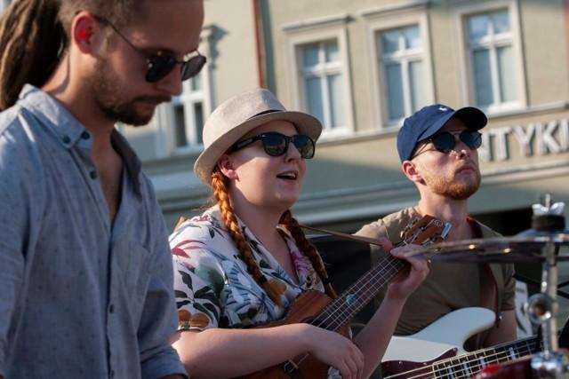 Bydgoszczanką, grającą na ukulele, jest Zuza Wiśniewska, która jest także autorką tekstów i muzyki, laureatką nagród głównych wielu festiwali piosenki poetyckiej i autorskiej.