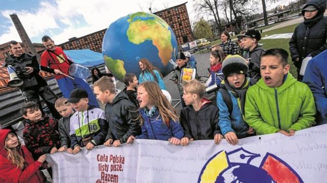 Pogoda nie zepsuła zabawy tym młodym ludziom, którzy uczyli się, jak dbać o środowisko. A robili to naprawdę z dużym zaangażowaniem. W końcu Ziemia jest w ich rękach
