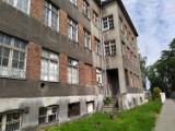 Stary szpital straszy w centrum Lublińca. Mieszkańcy wspominają, że SB katowało tu ludzi