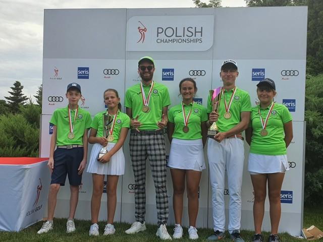 Złote drużyny Armady GC Bytom, które wygrały Klubowe Mistrzostwa Polski Juniorów 2021 w golfie    Zobacz kolejne zdjęcia. Przesuwaj zdjęcia w prawo - naciśnij strzałkę lub przycisk NASTĘPNE