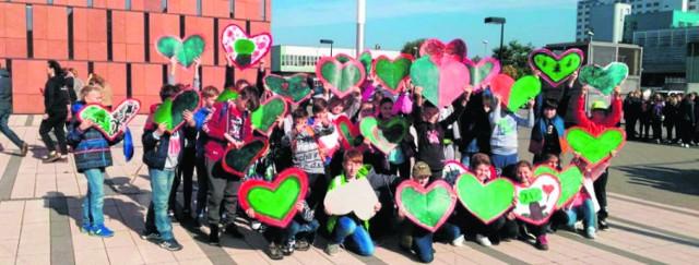 Uczniowie przyszli na Święto Drzewa z pięknymi,  kolorowymi sercami. Trzymając je w rękach, utworzyli na placu przed biblioteką wielkie serce - dla drzew! Chcesz to sam przeżyć? Przyjdź na wystawę do CINiBA!