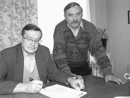 - Należy nam się wiedza, jak zabezpieczone są nasze wypłaty - podkreślają Antoni Groner (z lewej) i Jan Korczak, działacze zakładowej Slidarności. Fot: Sylwester  Witkowski