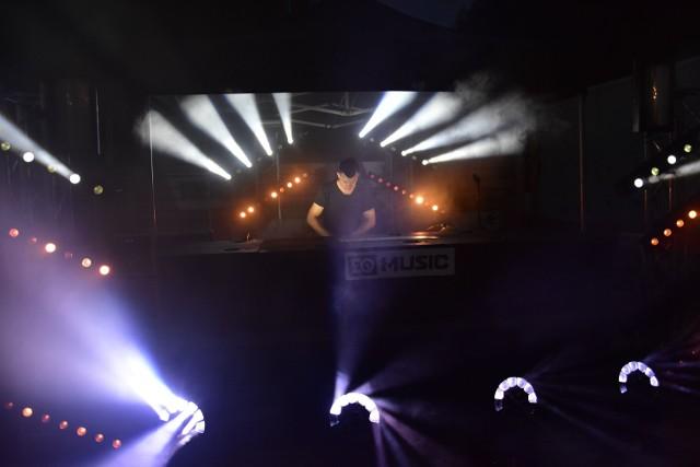 To pierwsza taka dyskoteka nad brzegiem Dużego Jeziora w Cukrowni Żnin. Zagrali DJ z zespołu  EQ Music.