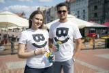 """""""Bytom uśmiecha się do Ciebie"""". To hasło znalazło się na nowych koszulkach miasta"""