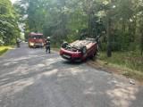 Wypadek w Łąkiem. Dachowało auto, obok dwóch pijanych mężczyzn [zdjęcia]