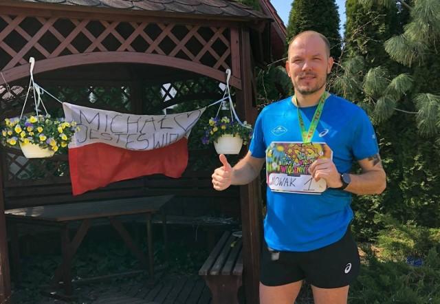 """Michał Nowak tak bardzo tęskni za bieganiem, że w ogrodzie urządził sobie trasę i """"zrobił"""" na niej 10 kilometrów. Na koncie ma wiele maratonów w różnych częściach świata. Zobaczcie niesamowitą galerię!"""