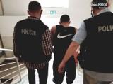 Ruda Śląska: Policja po pościgu zatrzymała dwóch mężczyzn, którzy mieli przy sobie reklamówkę z 600 porcjami dilerskimi marihuany