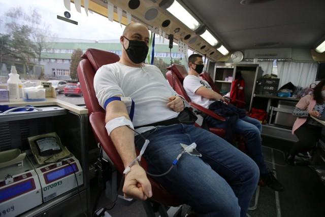 Górnicy z kopalni Murcki – Staszic oddają krew w ambulansie RCKiK