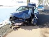 Zasnął za kierownicą i uderzył w drzewo - na dodatek był nietrzeźwy