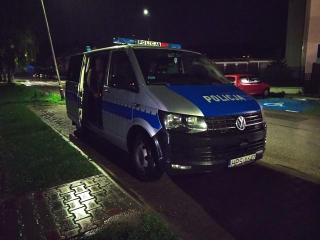 Policjanci zabrali przemoczonego mężczyznę do radiowozu i odwieźli go do domu w gminie Działoszyce