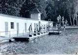 Basen wojskowy w Żarach, czyli przedwojenne kąpielisko miejskie. Archiwalne zdjęcia z tego miejsca są niesamowite