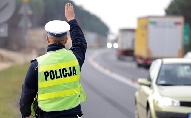 Do zatrzymania kierowcy volkswagena doszło w środę (17 lutego) w Dąbiu. Poruszał się prawie o 25 km/h szybciej niż powinien. Okazało się, że nie miał prawa jazdy.