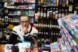 Zakaz handlu w niedziele to fikcja. W Krakowie rodzinne sklepiki padają masowo, a placówki potężnych obcych sieci mają rekordowe zyski