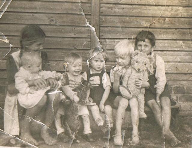 Joanna Mikołajczak wraz z kuzynkami i rodzeństwem: półtorarocznym Edwardem i Andrzejem