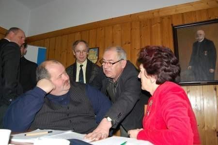 Część opozycji przed decydującym o straży miejskiej głosowaniem. Na zdjęciu Henryk Sumionka, Czesław Niesiołowski, Kazimierz Rompkowski i  Barbara Grzelak. Fot. Maria Sowisło