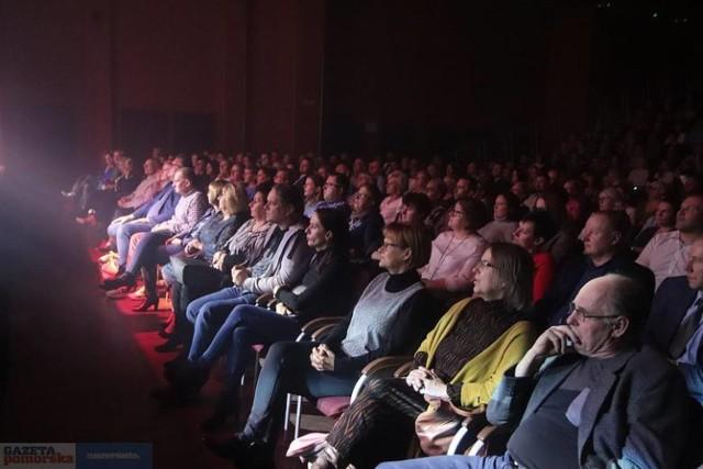 """Tym razem wykonawcy i publiczność przeniosą się z sali koncertowej """"Browaru B."""" we Włocławku na dziedziniec centrum kultury przy ul. Łęgskiej. Na widzów czekać będą wygodne leżaki."""