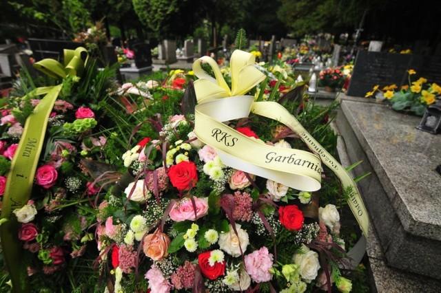 17.09.2021, Kraków: wieńce i kwiaty na grobie Józefa Polonka na cmentarzu Batowice