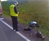 Motocyklista wypadł z drogi krajowej nr 20 nieopodal Bytowa. Ranny kierowca trafił do szpitala