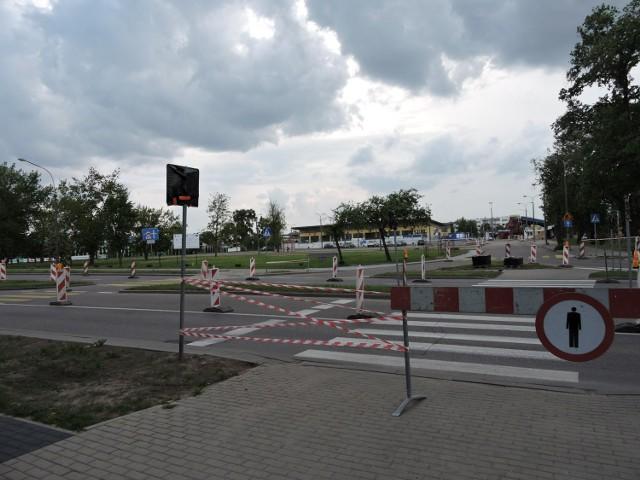 Trwa ustawianie oznakowań związanych z remontem mostu i objazdami