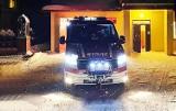 Nocą auto wpadło w zaspę przy DK 75. Kierowcę uwalniali strażacy
