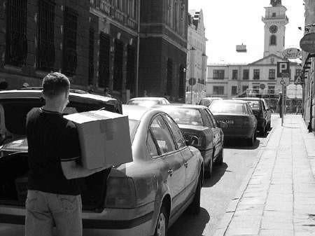 Ludzie pracujący na starówce narzekają, że nie stać ich na płacenie za całodzienny parking.  WOJCIECH TRZCIONKA