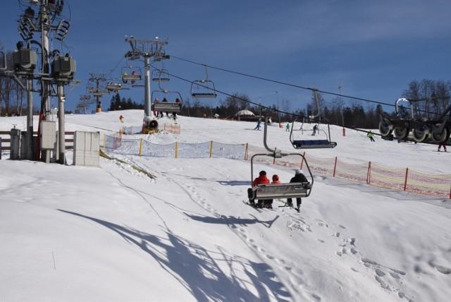 Od 12 lutego oficjalnie ośrodki narciarskie mogą działać. Póki co szusować można poprzez udział w zajęciach edukacyjno-sportowych w Wiśle, jakie są organizowane np. w stacji Skolnity, Nowa Osada oraz w stacji Klepki