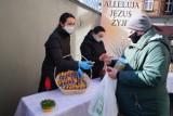 Śniadanie wielkanocne w Poznaniu organizowane przez Caritas. Potrzebujący otrzymali dwie świąteczne paczki