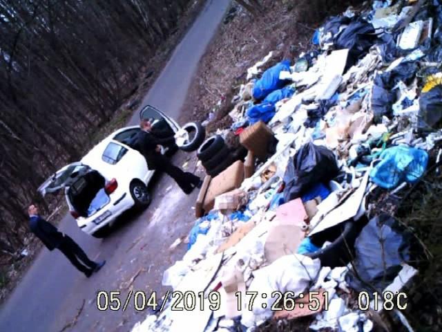 Mieszkańcy namierzeni przez foto - pułapki podczas porzucania śmieci w miejscach niedozwolonych Katowice 2019.