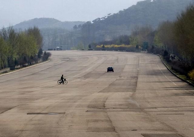 Zupełnie puste autostrady. Zamiast samochodów rowery i biegające gęsi. Zgadnijcie, gdzie to!