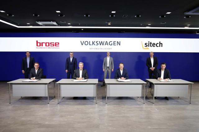 W pierwszym rzędzie - od lewej do prawej: Ulrich Schrickel, Prezes Zarządu Grupy Brose, Michael Stoschek, Przewodniczący Zgromadzenia Wspólników Grupy Brose, Dr Herbert Diess, Prezes Zarządu Volkswagen AG, Thomas Schmall, Członek Zarządu Volkswagen AG, CEO Volkswagen Group Components. W drugim rzędzie, od lewej do prawej Tomasz Lewandowski, Prezes Zarządu SITECH sp. z o.o., Thomas Spangler, Zarząd ds. produkcji Grupy Brose, Ingo Fleischer, Członek Zarządu SITECH Sitztechnik GmbH., Andreas Jagl, Zarząd Interieur Brose.